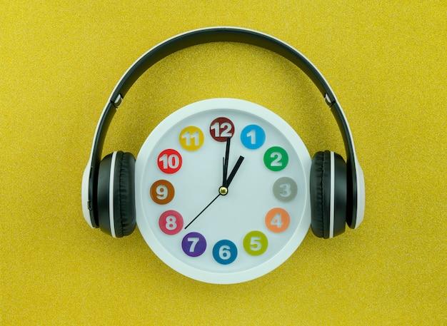 아름 다운 골드 컬러 배경에 헤드폰 화이트 시계
