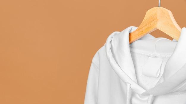 Vestiti bianchi sullo spazio della copia del gancio