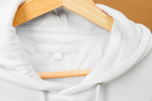 Indumenti bianchi sulla gruccia con etichetta informativa