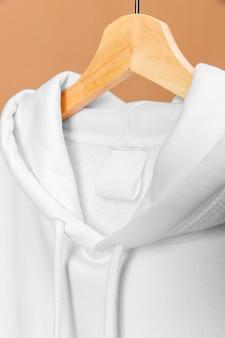 복사 공간 레이블 옷걸이에 흰 옷