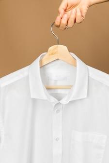 정보 복사 공간 레이블이있는 옷걸이에 흰 옷