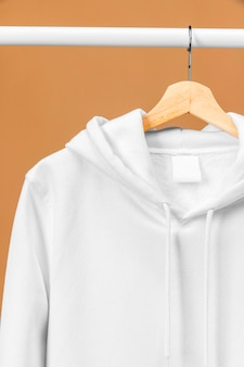 라벨 옷걸이에 흰 옷