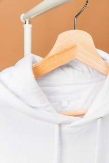 태그가 달린 옷걸이에 흰 옷