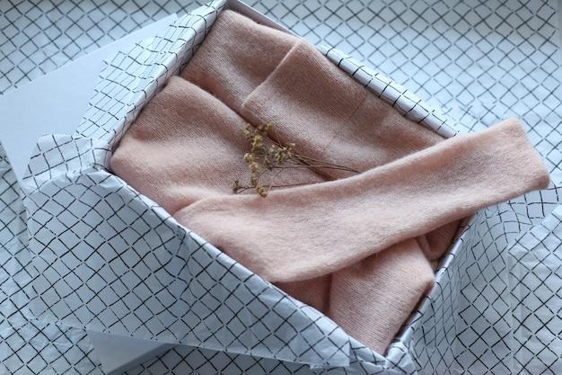 Белая бирка одежды, пустой шаблон макета этикетки с лентой