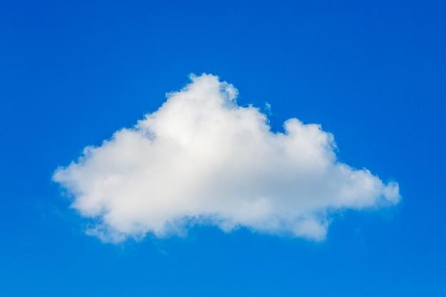晴天時の青空を背景にした白い雲_