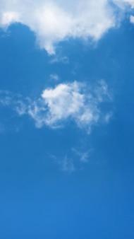 Nuvola bianca su sfondo blu cielo