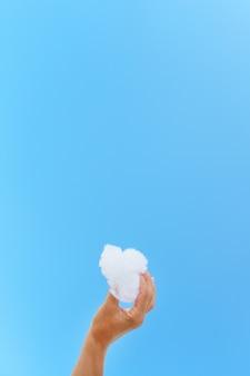 青い空に手に白い雲