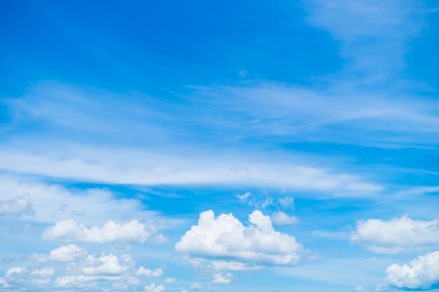 Белое облако на голубом небе