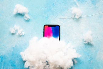 青いテクスチャの背景に携帯電話の白い雲