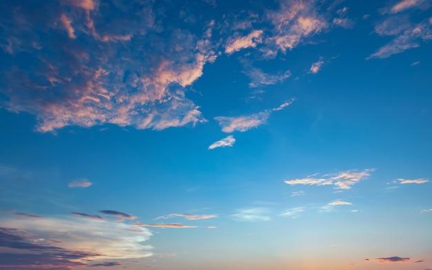 Белое облако на фоне голубого неба