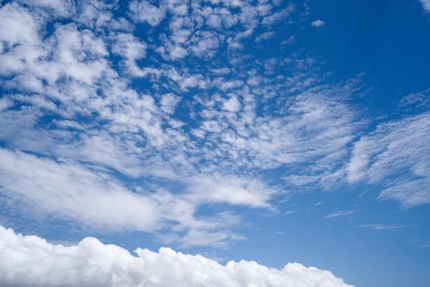 밝은 푸른 하늘 근접 촬영에 대 한 흰 구름