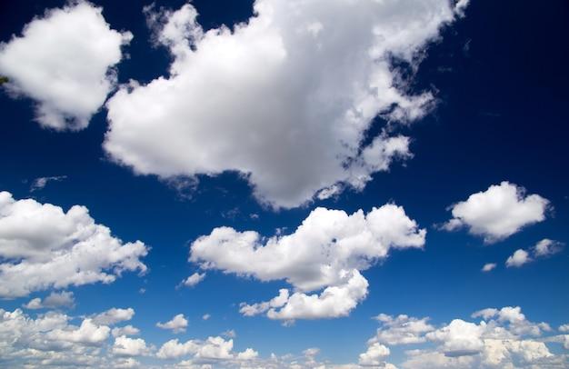 青い空を背景に白い雲