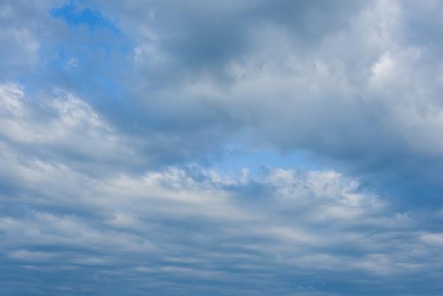 青い空、雲の背景の青い空を背景に白い雲。