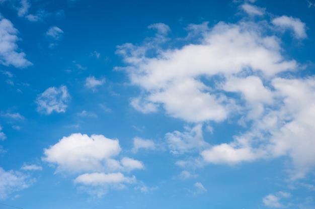 白い雲と青い空の自然な背景