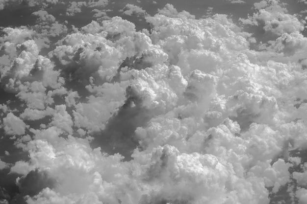 Белые облака и небо, вид из окна самолета. природа фон