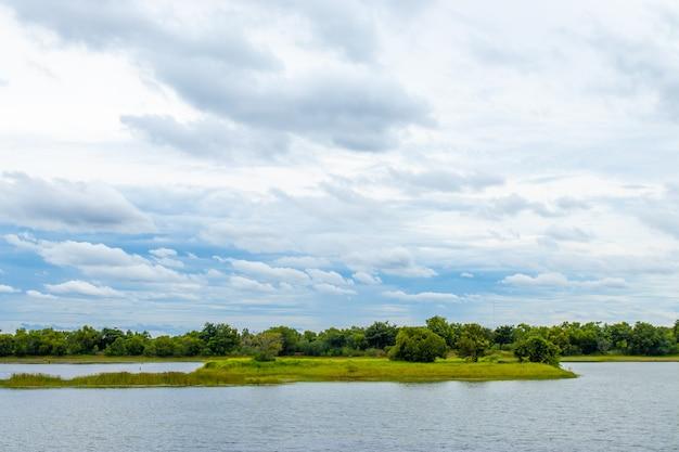 貯水池の上の白い雲と空