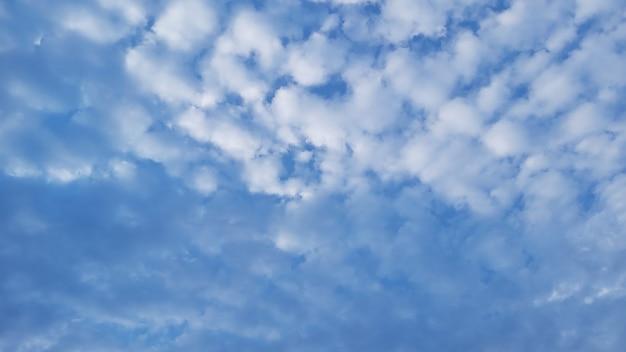 흰 구름 푸른 하늘 사진