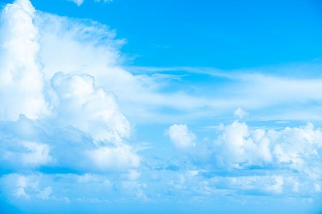 青い空の白い雲抽象的なぼやけた背景