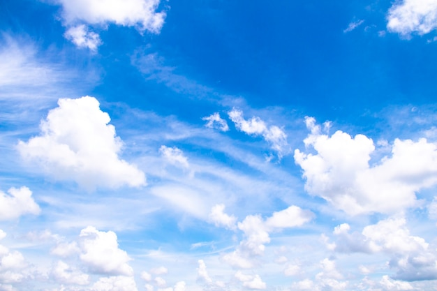 Белые облака в голубом небе, красивое небо с облаками