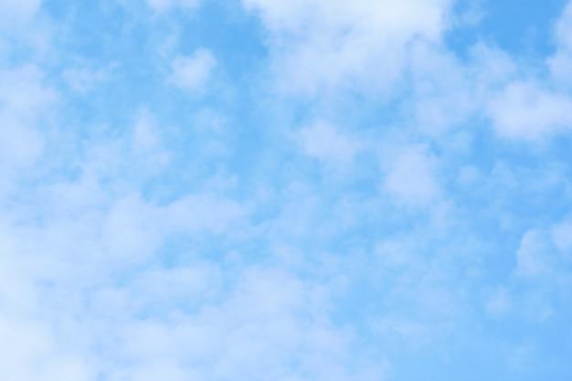 背景として青い空に白い雲。