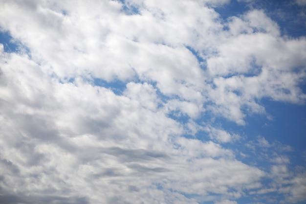 夏の正午に青い空に白い雲