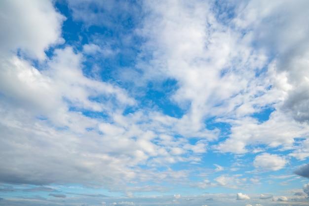 青い空に白い雲。大気の自然の背景。