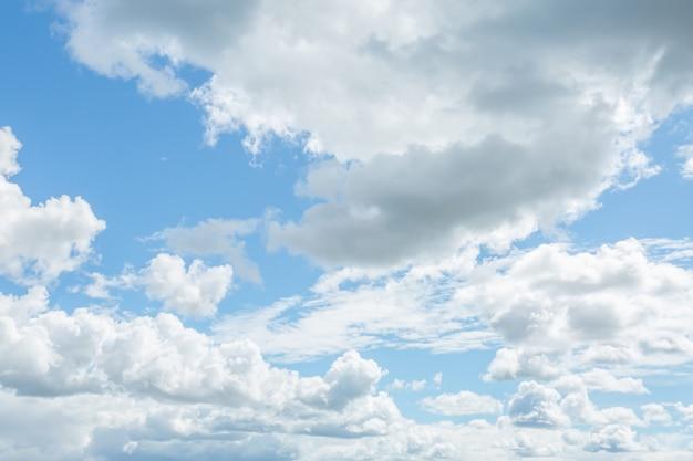 青い空に白い雲。水平方向の画像。