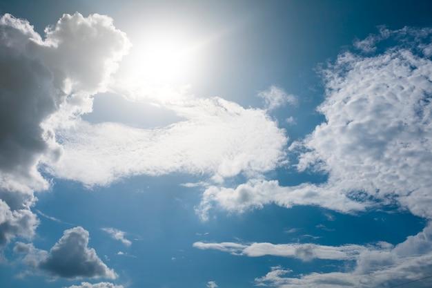 Белые облака в голубом небе летом. фото высокого качества