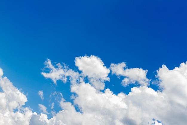 푸른 하늘 자연 배경에 흰 구름입니다. 복사 공간