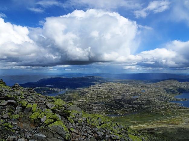 Белые облака в небе над долиной в туддал гаустатоппен, норвегия