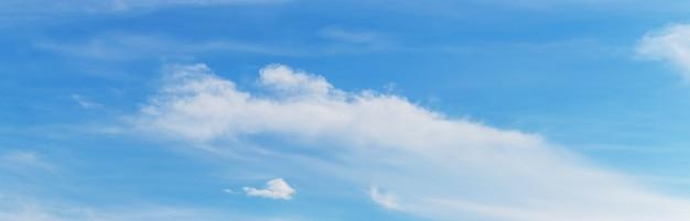Белые облака неопределенной формы в голубом небе