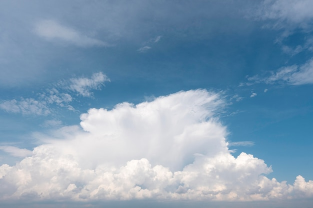 日光の下で青い空に白い雲