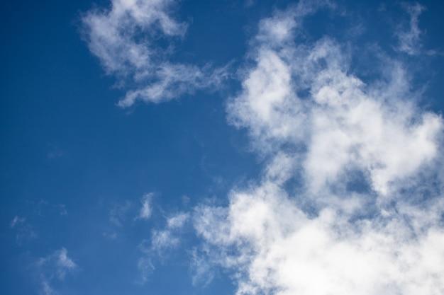 Белые облака на ветреном голубом небе