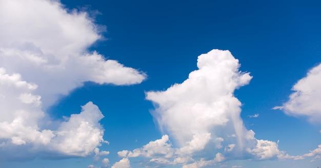 Белые облака на фоне голубого неба.