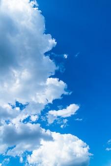 青い空、背景に白い雲