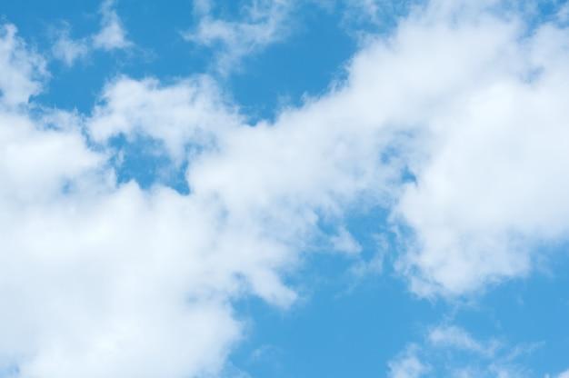 Белые облака на фоне голубого неба