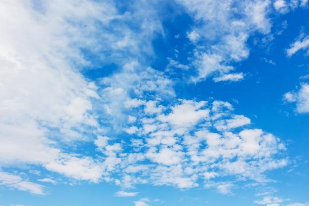 晴天の青い空に白い雲