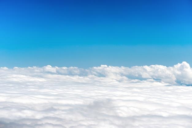 自然の背景として青い空に白い雲