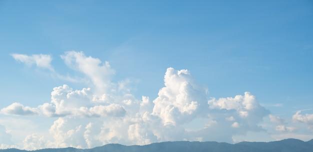 Белые облака в горах
