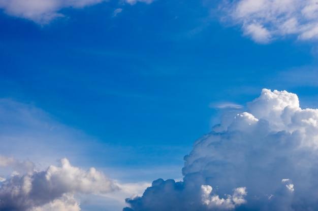 맑은 푸른 하늘 배경에 흰 구름