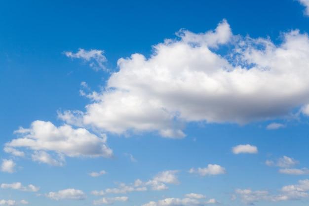 Белые облака над голубым небом в день