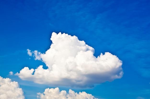 青い空の上の白い雲 Premium写真