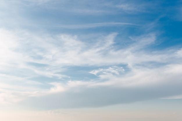 Белые облака раскинулись по голубому небу в теплый солнечный день