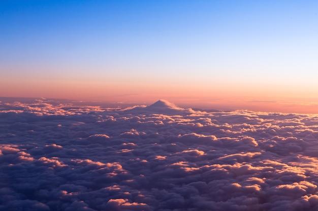 昼間の青い空の下の白い雲