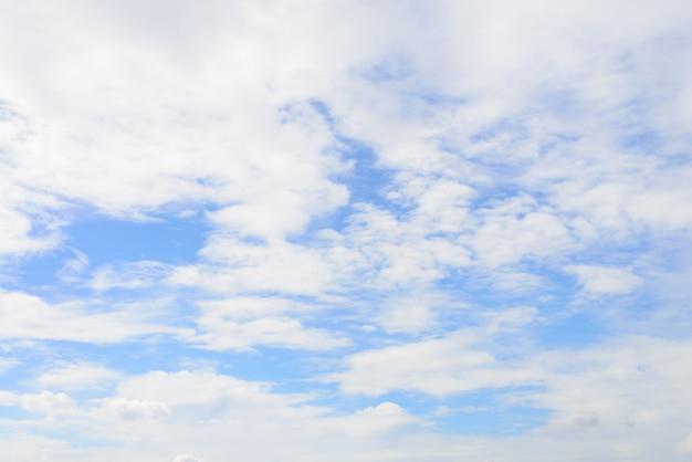 青空の背景と白い雲
