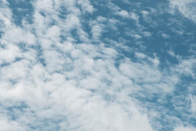Fondo strutturato del cielo nuvoloso bianco