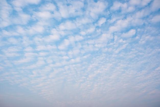 白い曇りと青い空。空に波状の雲。ふわふわの雲。