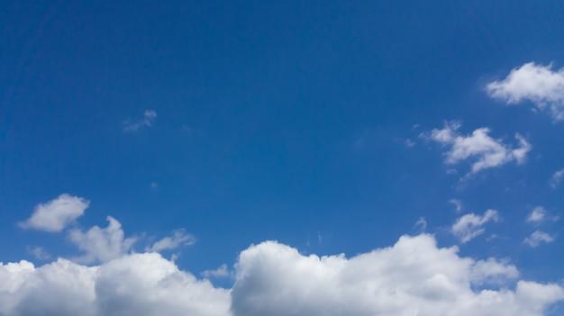 ブルースカイに白い曇