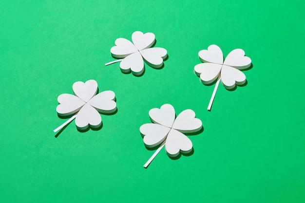 色紙から手作りのシャムロックの花びらが4枚付いたシロツメクサ