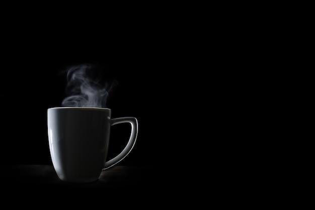 Белая кофейная чашка и дымовой пар